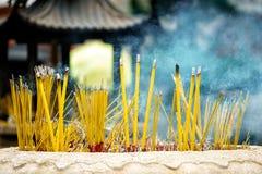 Buddyjska modlitwa wtyka palenie w łzawicy zdjęcia stock
