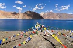 Buddyjska modlitwa zaznacza latanie przy Pangong jeziorem, Ladakh, India obraz stock