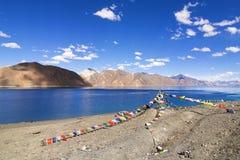 Buddyjska modlitwa zaznacza latanie przy Pangong jeziorem, Ladakh, India obrazy royalty free