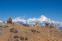Buddyjska modlitwa zaznacza na kopach w himalajach z zdjęcie stock
