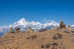Buddyjska modlitwa zaznacza na kopach w himalajach z zdjęcia stock