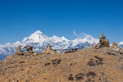 Buddyjska modlitwa zaznacza na kopach w himalajach z obraz royalty free