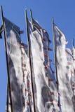 Buddyjska modlitwa zaznacza na wiatrze przeciw niebieskiemu niebu fotografia stock