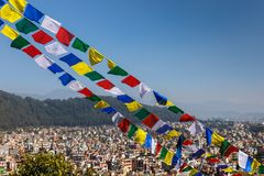 Buddyjska modlitwa zaznacza przeciw tłu Kathmandu dolina Obraz Royalty Free