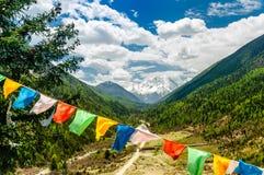 Buddyjska modlitwa zaznacza przed górą Yala w prowincja sichuan - Chiny obraz royalty free
