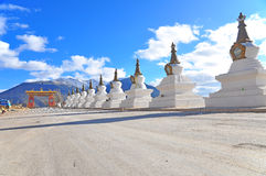 Buddyjska Stupa. Na Tle Meili Góra Zdjęcia Royalty Free