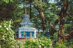 Buddyjska stupa przeciw tłu zieleni drzewa fotografia royalty free