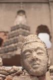 Buddyjska twarz na dziejowej świątyni przy Sungkraburi, Tajlandia Obraz Stock