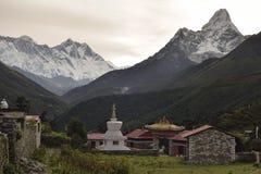 Buddyjski Chorten i Tengboche monaster od himalaje Nepal obraz stock