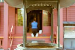 Buddyjski kadzidłowy właściciel z kobietą ono modli się w tle przy sławną Senso-ji świątynią w Asakusa na jej kolanach, Tokio, Ja zdjęcie stock