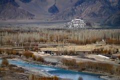 Buddyjski monaster Tiksey Gonpa w Ladakh: w przedpolu rzeczny łóżko Indus z jaskrawą błękitne wody, wiele rok brew Fotografia Stock