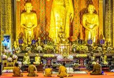 Buddyjski monky modlenie w Wata Chedi Luang świątyni w Chaing Mai zdjęcia stock