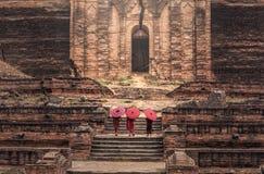 Buddyjski nowicjusz chodzi w świątyni zdjęcie stock