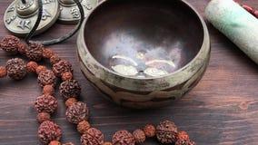 Buddyjski religijny śpiewu puchar na drewnianym stole zbiory