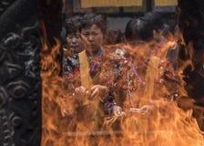 Buddyjski ritutal burining kadzidło Zdjęcia Royalty Free