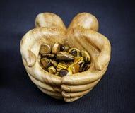 Buddyjskie drewniane ręki z leczniczymi kamieniami Obraz Stock