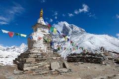 Buddyjskie modlitewne flaga na buddyście chorten dalej zdjęcie royalty free