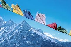 Buddyjskie modlitw flaga w himalaje górach Obrazy Stock