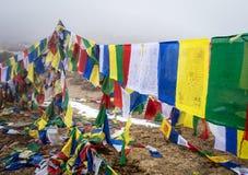 Buddyjskie modlitw flaga w himalaje górach Zdjęcia Royalty Free