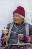 Buddyjskie stare kobiety podczas Tsam tajemnicy w czasie Yuru Kabgyat festiwal przy Lamayuru Gompa, Ladakh, Północny India Obrazy Stock