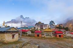 Buddyjskiego monasteru ranku mgła, Tengboche wioska, Nepal Zdjęcie Royalty Free