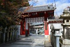 Buddyjskiej świątyni brama z Kamiennymi lampionami fotografia royalty free