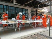 Buddysta daje ofiara dedykuj?cemu jedzeniu i podstawom michaelita przy Tajlandia ?wi?tyniami obraz royalty free