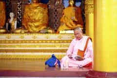 Buddysta pielgrzymka przy złotym Shwedagon Paya, Myanmar Obrazy Royalty Free