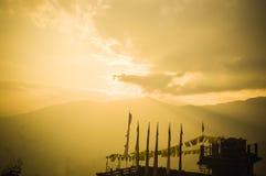 Buddysta zaznacza przy zmierzchu panoramicznym widokiem od Sikkim wzgórza stacji punkt widzenia, Piękny lato, pokojowy sceniczny  zdjęcia royalty free
