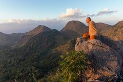 Buddysty mistrzowski michaelita medytuje w górach Obraz Stock