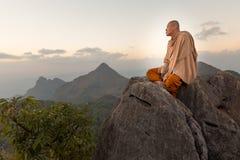 Buddysty mistrzowski michaelita medytuje w górach Fotografia Royalty Free