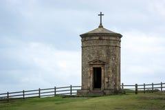BUDE, CORNWALL/UK - 8月15日:在峭壁上面a的指南针塔 免版税库存照片