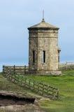BUDE, CORNWALL/UK - 8月15日:在峭壁上面a的指南针塔 库存照片