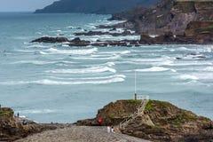 BUDE, CORNWALL/UK - 8月15日:在Bude的岩石海岸线在Cornw 库存照片