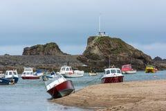BUDE, CORNWALL/UK - 8月15日:小船在Bude的港口 免版税库存图片