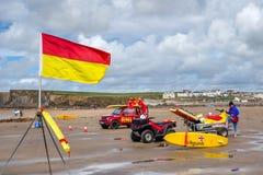 BUDE, ΚΟΡΝΟΥΆΛΛΗ, UK - 12 ΑΥΓΟΎΣΤΟΥ: RNLI Lifeguards στο καθήκον σε Bude Στοκ Εικόνες