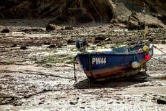 BUDE, CORNWALL/UK - 12 AOÛT : Bateau de pêche échoué chez Bude dessus photographie stock