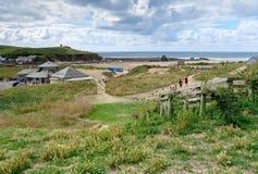 BUDE, CORNWALL/UK - 12 AOÛT : Marche à la plage chez Bude dedans photo stock