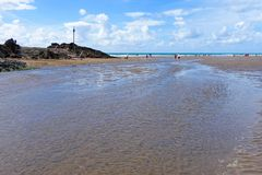 BUDE, CORNWALL/UK - 12 AOÛT : Marche le long de la plage chez Bude image stock
