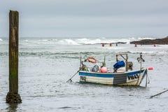 BUDE, CORNWALL/UK - 15. AUGUST: Boot und Surfer bei Bude im Mais Lizenzfreie Stockfotos