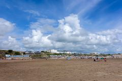 BUDE, CORNWALL/UK - AUGUST 12 : People Enjoying the Beach at Bud Royalty Free Stock Images