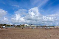BUDE CORNWALL/UK - AUGUSTI 12: Folk som tycker om stranden på knoppen Royaltyfria Bilder