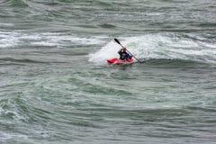 BUDE CORNWALL/UK - AUGUSTI 13: Kayaking i Bude på Augusti 13, 2 Royaltyfria Foton