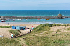 BUDE CORNWALL/UK - AUGUSTI 15: Strand och hamn i Bude i Cor Arkivfoto