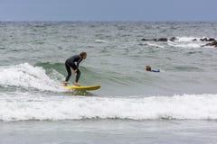 BUDE CORNWALL/UK - AUGUSTI 13: Surfa på Bude i Cornwall på A Arkivfoton