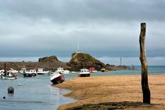 BUDE, CORNWALL/UK - 15 DE AGOSTO: Barcos en el puerto en Bude encendido imagen de archivo libre de regalías