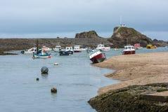 BUDE, CORNWALL/UK - 15 DE AGOSTO: Barcos no porto em Bude sobre Fotografia de Stock Royalty Free
