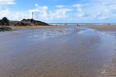 BUDE, CORNWALL/UK - 12 DE AGOSTO: El caminar a lo largo de la playa en Bude imagen de archivo