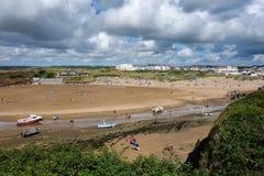 BUDE, CORNWALL/UK - 12 DE AGOSTO: La playa en Bude en Cornualles encendido fotografía de archivo libre de regalías