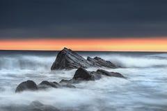 Bude, Cornwall, Widemouth, denny głąbik, dramatyczny, morze przeciw skałom zdjęcia stock